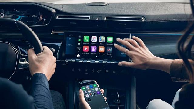 Nueva berlina PEUGEOT 508: pantalla táctil capacitiva de 10 pulgadas, función Mirror Screen y navegación 3D conectada con reconocimiento de voz.