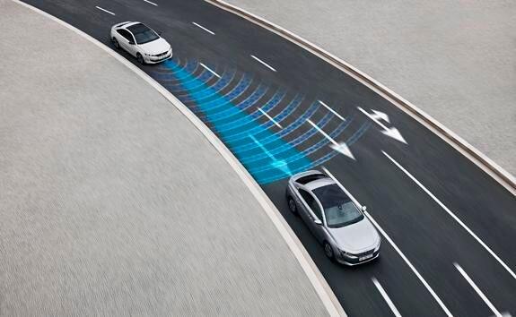 Nueva berlina PEUGEOT 508: tecnología de conducción semiautónoma con regulador de velocidad adaptativo con función Stop & Go y asistente de mantenimiento de carril.