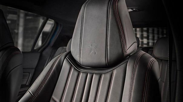 PEUGEOT 308: asientos envolventes con detalle de pespunteado
