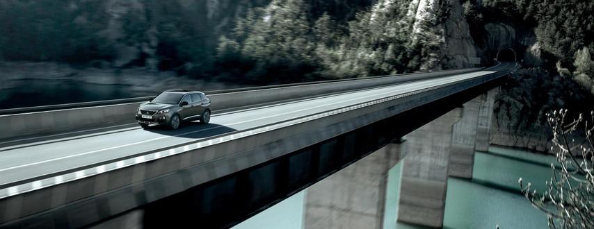 SUV PEUGEOT 3008 : frontal en carretera