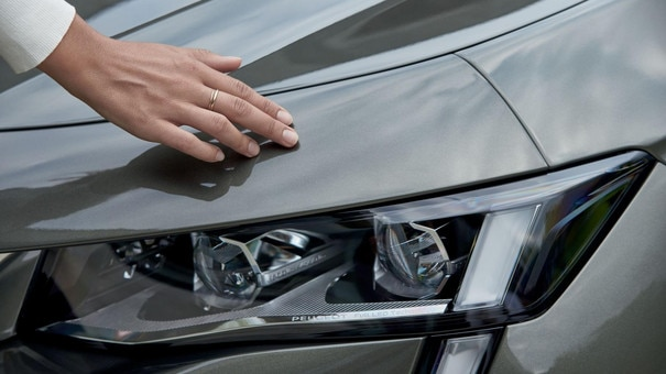 Nuevo break PEUGEOT 508 SW, nueva firma luminosa distintiva de la Marca PEUGEOT, faros Full LED con corrección automática de tono