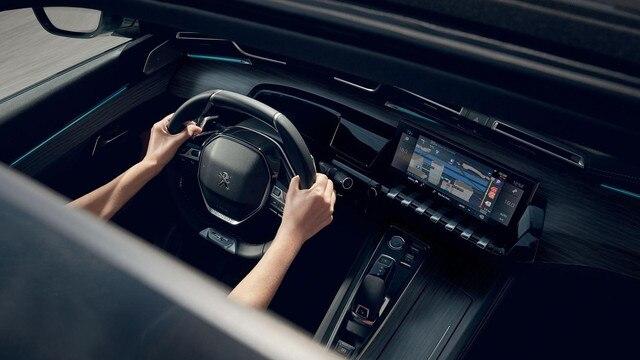 Nuevo break PEUGEOT 508 SW, la pantalla táctil capacitiva 10 pulgadas, con función Mirror Screen y navegación 3D conectada con reconocimiento de voz.