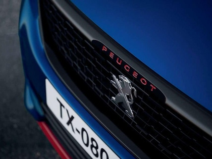 PEUGEOT 308 GTi by PEUGEOT SPORT - calandra, letras rojas, frontal.